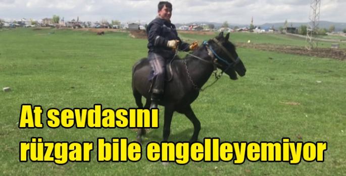 At sevdasını rüzgar bile engelleyemiyor