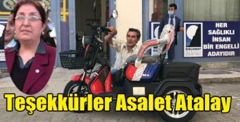 Asalet Atalay, engelli Engin Aktaş'a elektrikli araba hediye etti