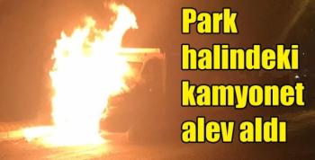Kars'ta park halindeki kamyonet alev alev yandı