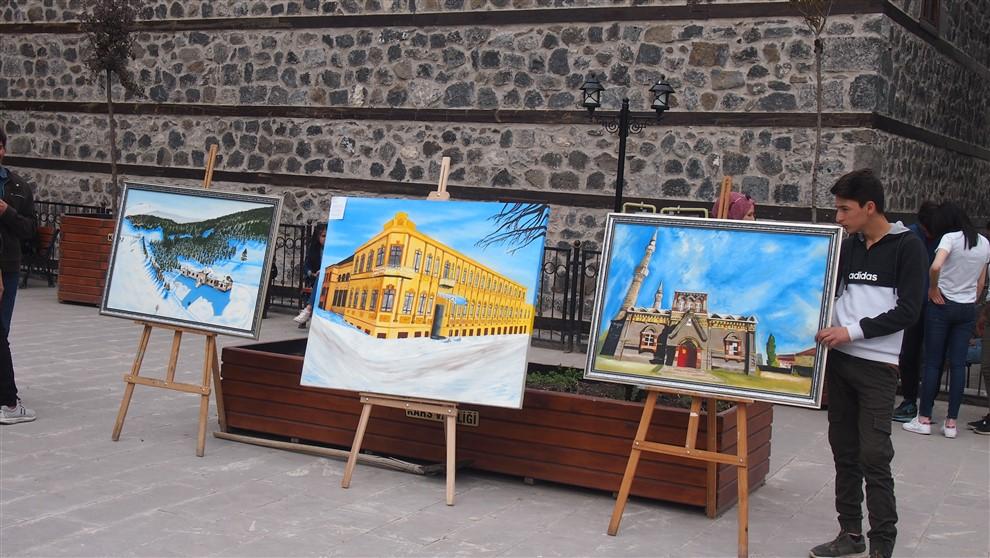 Kars'ta sanatın çocuklarından müzik eşliğinde resim sergisi