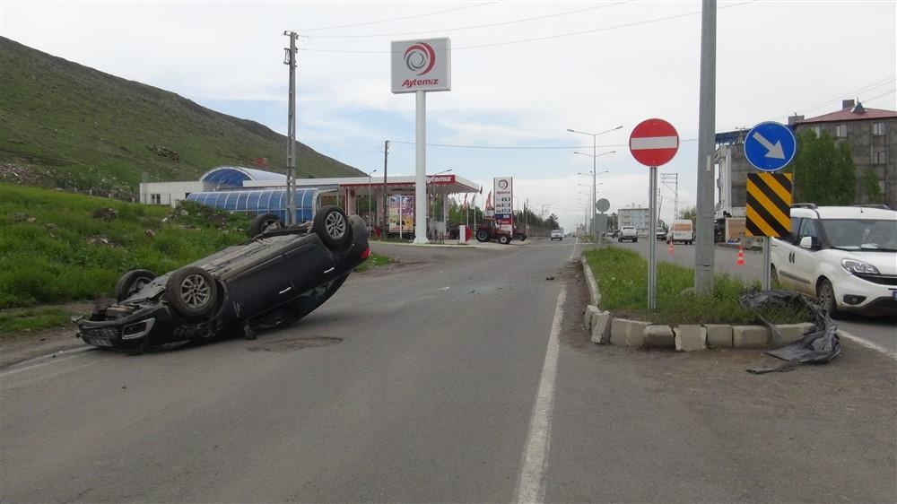 Lastiği patlayan otomobil refüje çarptı